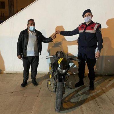 jandarma, çalınan motosikleti sahibine teslim etti