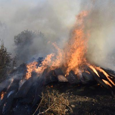 Yangın iş yerlerine sıçramadan söndürüldü