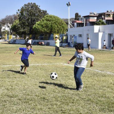 Turgutreisspor'un sahasında çocuklar gönüllerince spor yapıyor
